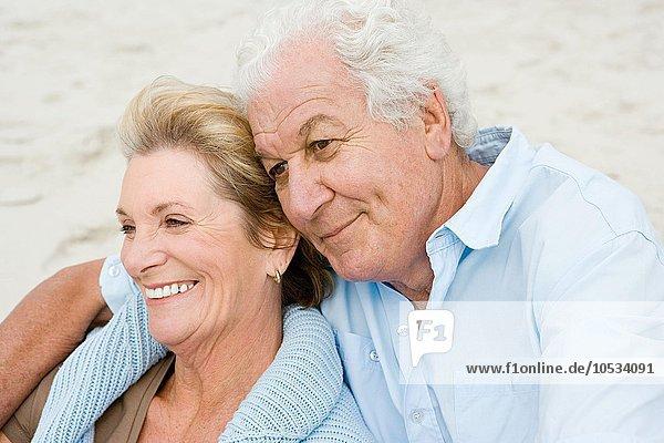 Ein älteres Paar saß am Strand.