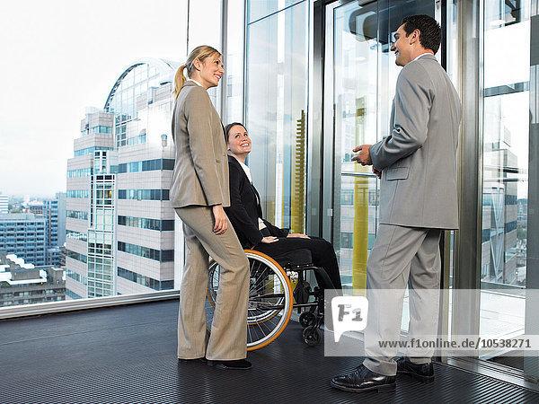 Büroangestellte warten auf Aufzug