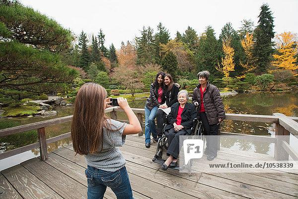 Mädchen fotografieren Mehrgenerationen-Familie