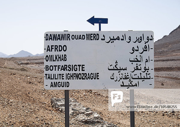 Orientierungstafel in der Wüste  Marokko