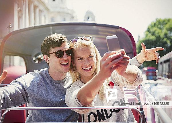 Pärchen nehmen Selfie im Doppeldecker-Bus in London