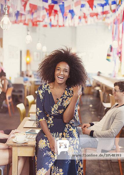 Portrait begeisterte Frau mit Afro im Café