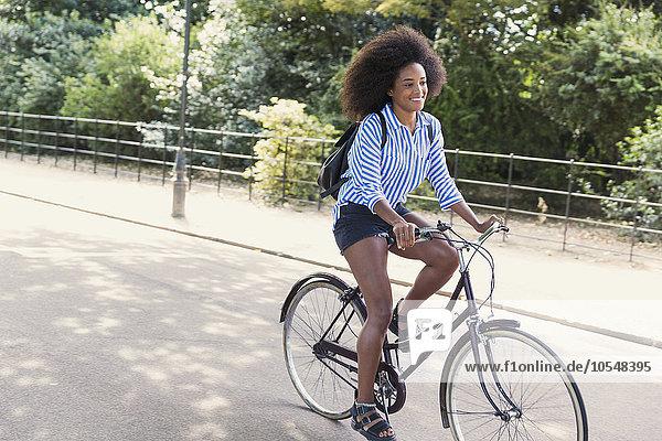 Frau mit Afrofahrrad im Park