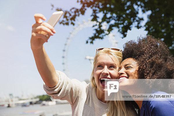 Freunde  die Selfie mit London Eye im Hintergrund nehmen  London  Großbritannien