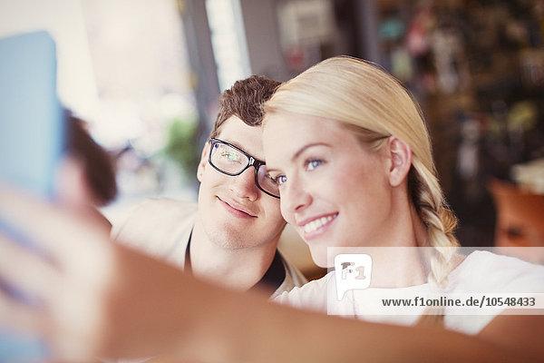 Paare  die Selfie mit digitalem Tablett nehmen