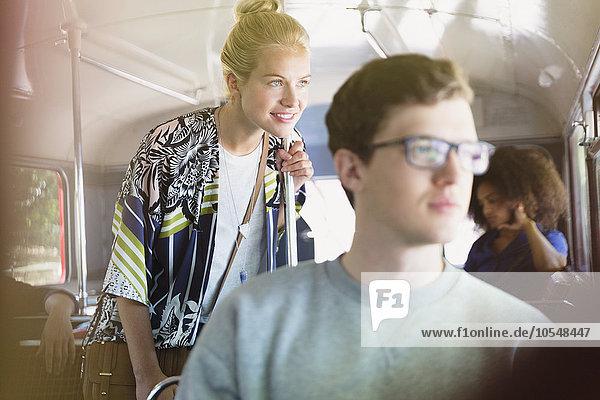 Lächelnde Frau schaut aus dem Busfenster