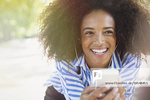 Begeisterte Frau beim Musikhören mit Kopfhörer und mp3-Player