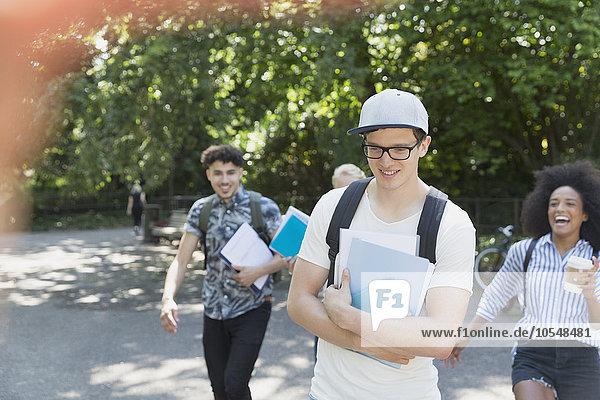 Studenten  die im Park spazieren gehen