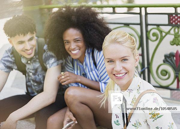 Portrait lächelnde Freunde im Freien