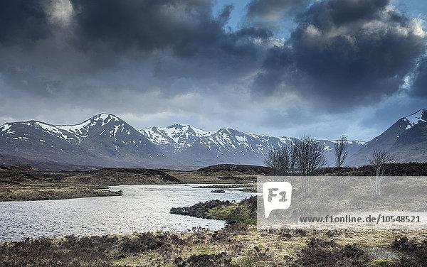 Landschaftlicher Fluss und Blick auf die Black Mountains  Rannoch Moor  Schottland