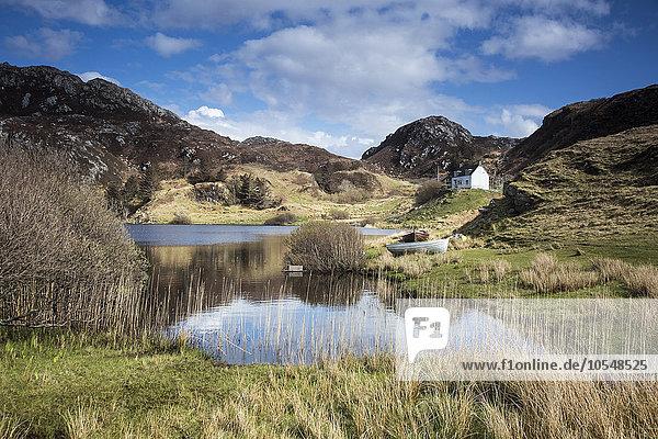 Panoramablick auf den sonnigen  abgelegenen See und die ländliche Landschaft  Schottland