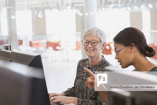 Frauen  die an Computern in der Erwachsenenbildung arbeiten
