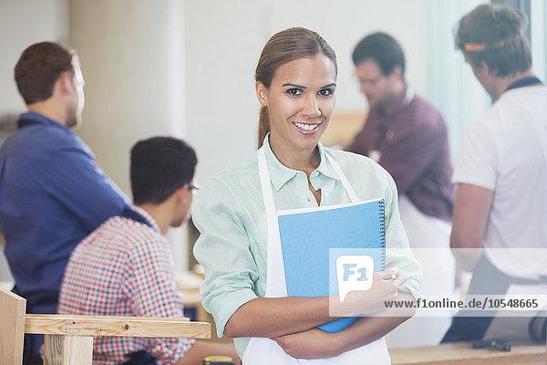 Portrait lächelnder Student in der Schreinereiklasse der Erwachsenenbildung