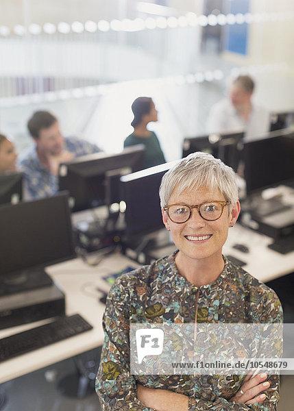 Portrait selbstbewusste Seniorin in der Erwachsenenbildung Computer-Klassenzimmer