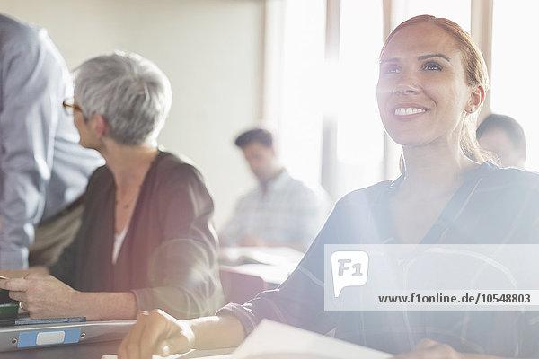 Lächelnde Frau in der sonnigen Erwachsenenbildungswerkstatt