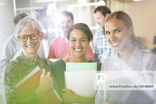 Portrait lächelnde Geschäftsfrauen mit Notizbüchern