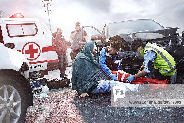 Rettungskräfte bereiten Vakuum-Beinschiene auf Autounfallopfer im Straßenverkehr vor