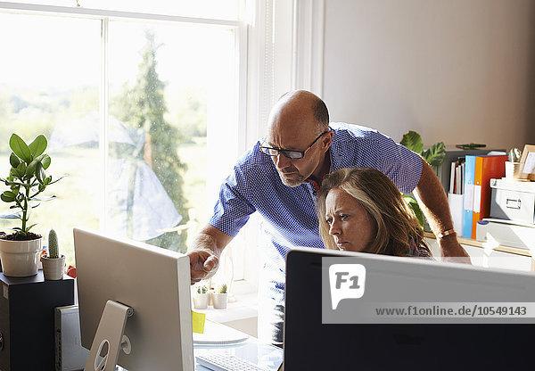 Geschäftsleute  die am Computer im Home-Office arbeiten