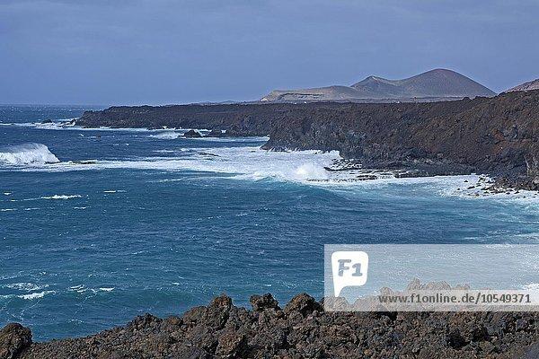 Lavaküste  Brandung  bei Los Hervideros  Lanzarote  Kanarische Inseln  Spanien  Europa
