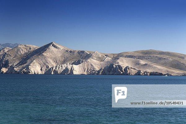 Bergige  kahle Landschaft an der Küste  bei Baska  Insel Krk  Kvarner Bucht  Adria  Kroatien  Europa