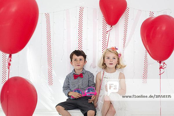 Pose Fotografie Junge - Person Luftballon Ballon umgeben rot Fotograf jung Studioaufnahme Mädchen