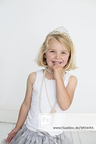 Pose Fotografie Halskette Kette Fotograf jung Kleidung Studioaufnahme Mädchen Collier Perle Tiara
