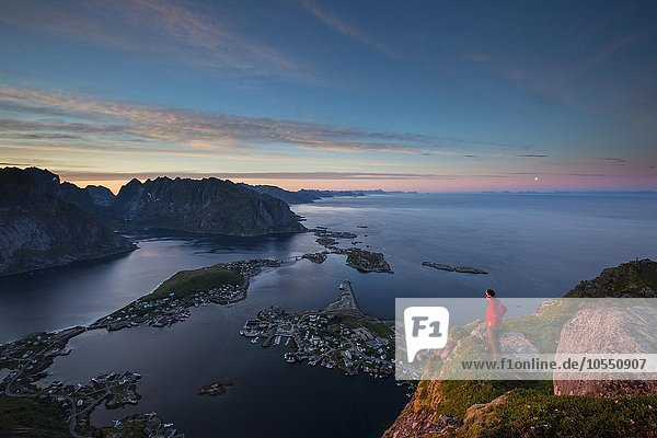 Aussicht vom Reinebringen  Reinebriggen  auf Reine und den Reinefjord mit Bergen  bei Mitternachtssonne  Moskenes  Moskenesöy  Lofoten  Norwegen  Europa