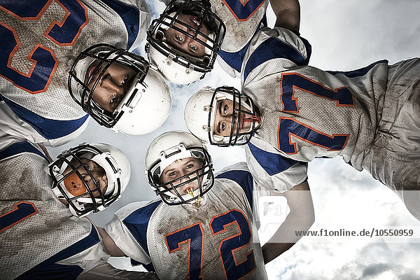 Teamwork Helm Mensch sehen Menschen Menschengruppe Menschengruppen Gruppe Gruppen Spiel jung Chaos Schutz unterhalb Football Sport