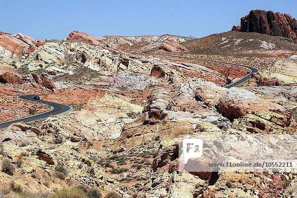 Ausblick auf farbige Sandsteinformationen und Mouse's Tank Road  Valley of Fire State Park  Nevada  USA  Nordamerika