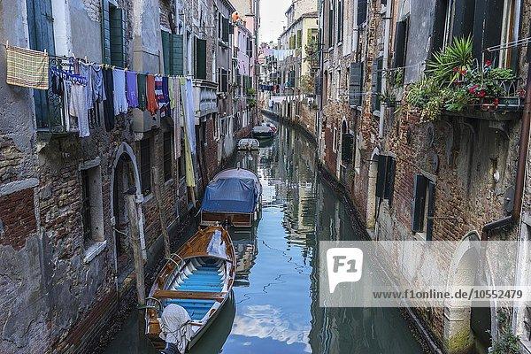 Kanal mit parkenden Booten  Venedig  Italien  Europa