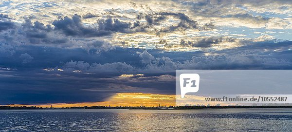 Sonnenuntergang über der Stadt  Venedig  Italien  Europa