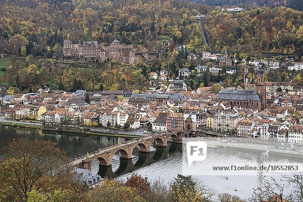 Ausblick vom Philsophenweg auf Neckar  Alte Brücke  auch Carl-Theodor-Brücke und Altstadt im Herbst  Heidelberg  Baden- Württemberg  Deutschland  Europa