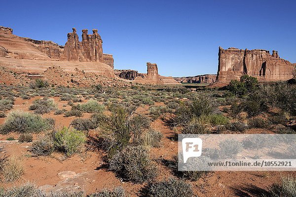 Courthouse Towers  rechts Three Gossips  Mitte Sheep Rock  links The Organ  Arches National Park  Utah  USA  Nordamerika