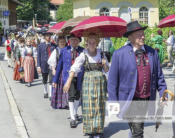 Brauchtumsumzug am Schlierseer Kirchtag durch den Ort  Schliersee  Bayern  Deutschland  Europa