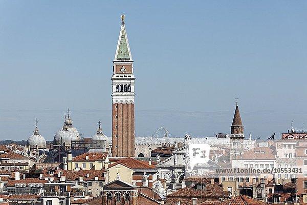 Ausblick auf Dächer mit Markusdom oder San Marco und Campanile  Venedig  Venetien  Italien  Europa