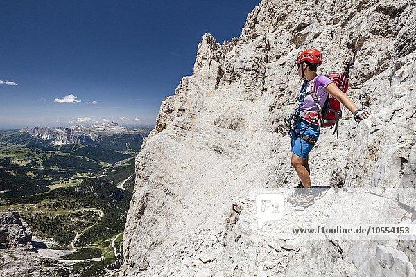 Bergsteiger beim Abstieg von der Südliche Fanesspitze über Klettersteig Via ferrata Veronesi  hinten der Sellastock  Dolomiten  Südtirol  Alpen  Italien  Europa