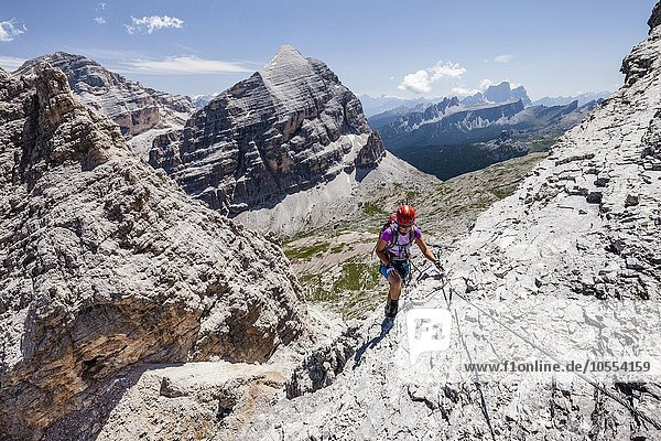 Bergsteiger  Klettersteig Via ferrata Tomaselli  Südliche Fanesspitze  hinten die Tofana di Rozes  Tofana di Mezzo und der Pelmo  Dolomiten  Belluno  Alpen  Italien  Europa