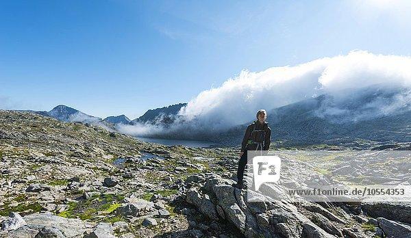 Wanderer steht auf Felsen  Klafferkessel mit vielen kleinen Bergseen  Oberer Klaffersee  Greifenberg  Rohrmoos-Untertal  Schladminger Tauern  Steiermark  Österreich  Europa
