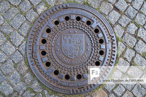 Kanaldeckel mit dem Stadtwappen  Görlitz  Oberlausitz  Sachsen  Deutschland  Europa