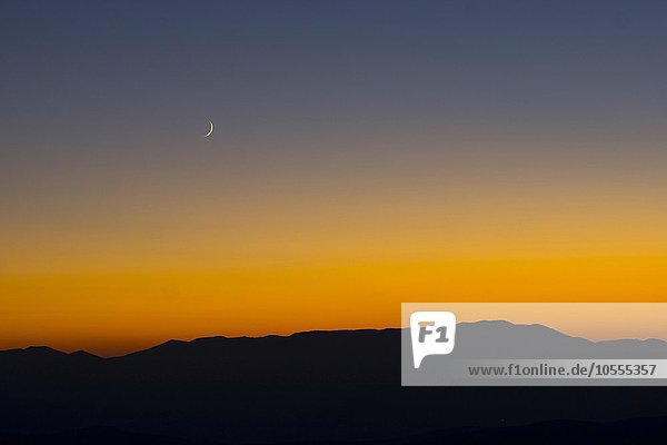 Sonnenuntergang und Sichelmond über den sibillinischen Bergen  Castelluccio di Norcia  Nationalpark Monti Sibillini  Parco nazionale dei Monti Sibillini  Umbrien  Italien  Europa