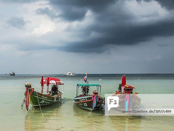 Bunte Longtail Boote im türkisen Meer  dramatische Gewitterwolken  Insel Koh Tao  Golf von Thailand  Thailand  Asien