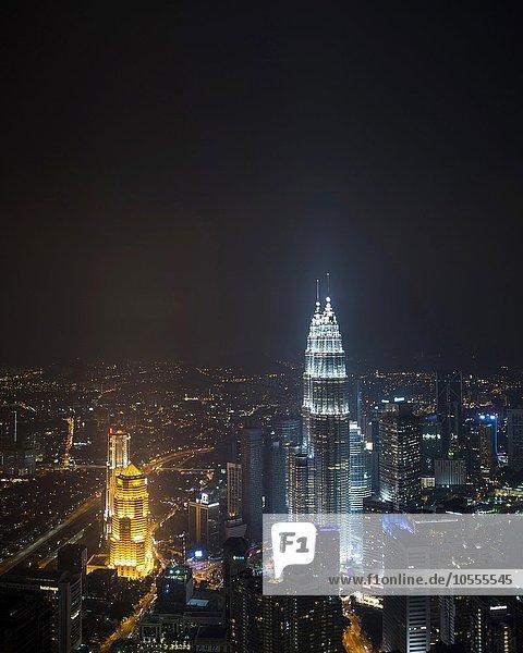 Skyline bei Nacht  Petronas Towers  Kuala Lumpur  Malaysia  Asien