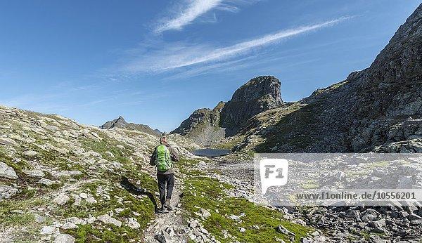Wanderer auf einem Weg  Klafferkessel mit vielen kleinen Bergseen  Oberer Klaffersee  Greifenberg  Rohrmoos-Untertal  Schladminger Tauern  Steiermark  Österreich  Europa