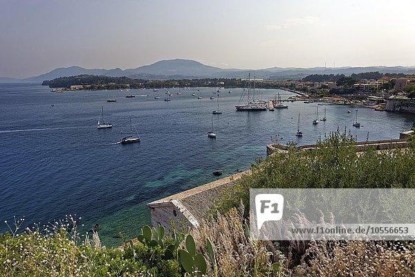 Ausblick von Alter Festung auf Jachthafen  Altstadt Kerkyra  Korfu Stadt  Unesco Weltkulturerbe  Insel Korfu  Ionische Inseln  Griechenland  Europa