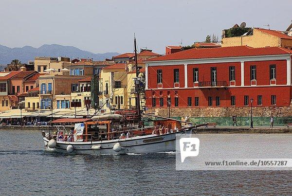 Segelboot  Altstadt am Hafen  Chania  Kreta  Griechenland  Europa