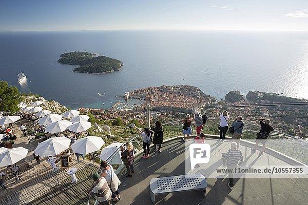 Besucher genießen den Ausblick auf Dubrovnik und die Insel Lokrum von der Aussichtsplattform auf dem Brdo Srd  Sergiusberg  Dubrovnik  Kroatien  Europa
