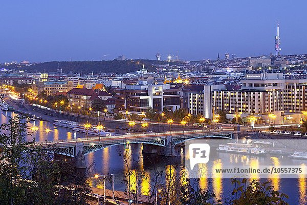Ausblick vom Hügel Letna auf Moldaubrücke ?ech?v most  Prag  Tschechien  Europa
