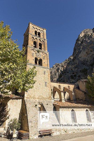Schiefer romanischer Kirchturm  Moustiers-Sainte-Marie  Provence-Alpes-Côte d'Azur  Frankreich  Europa