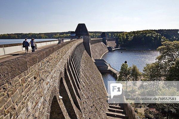 Staumauer  Möhnetalsperre am Stausee Möhnesee  Sauerland  Nordrhein-Westfalen  Deutschland  Europa
