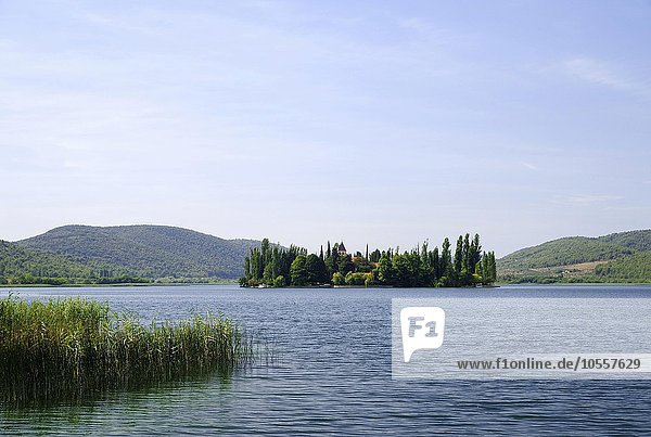 Klosterinsel Visovac im Fluss Krka  Muttergottesinsel  Nationalpark Krka  Region Sibenik-Knin  Dalmatien  Kroatien  Europa
